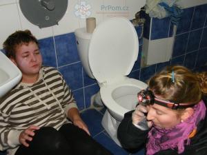 Výuka první pomoci zážitkem - záchrana slečny, která se intoxikovala na WC - PrPom.cz