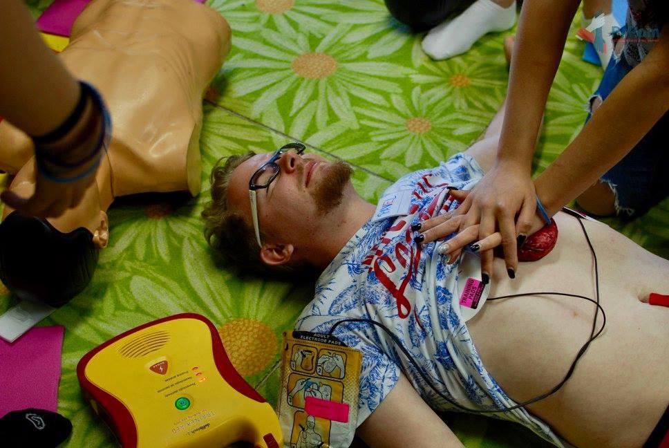 Mýtus 22 — Když to při masáži srdce v hrudníku křupe, musím přestat.