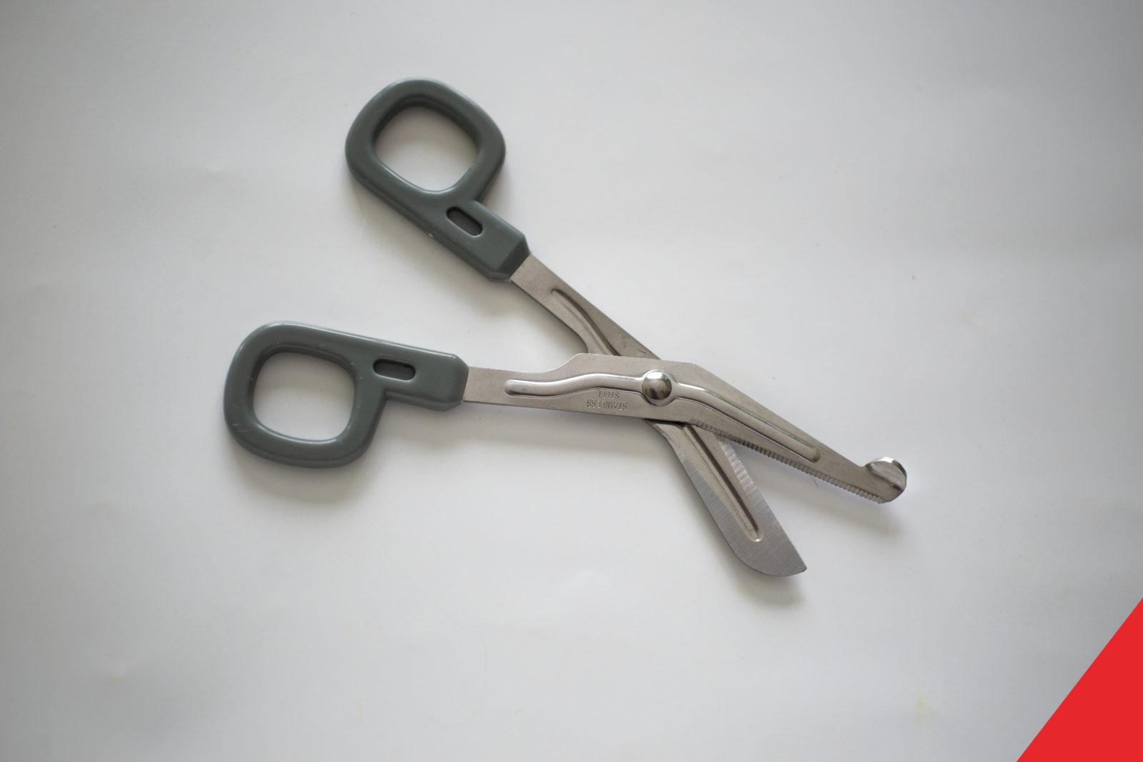 Nůžky se zoubky, které umožní stříhání jeanoviny nebo kožených motorkářských oděvů.