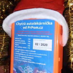 Chytrá autolékárnička má pod stromečkem koule :-) PrPom