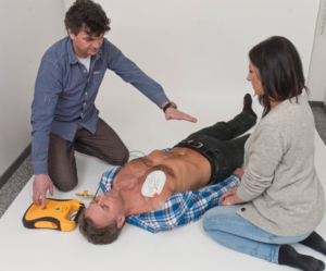 Resuscitace s AED - defibrilace - podání výboje - defibrilátor od Defibtech - PrPom