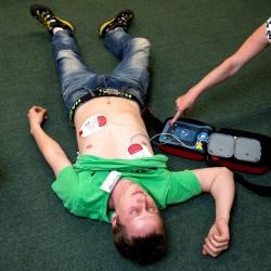Resuscitace, použití AED, nalepování elektrod