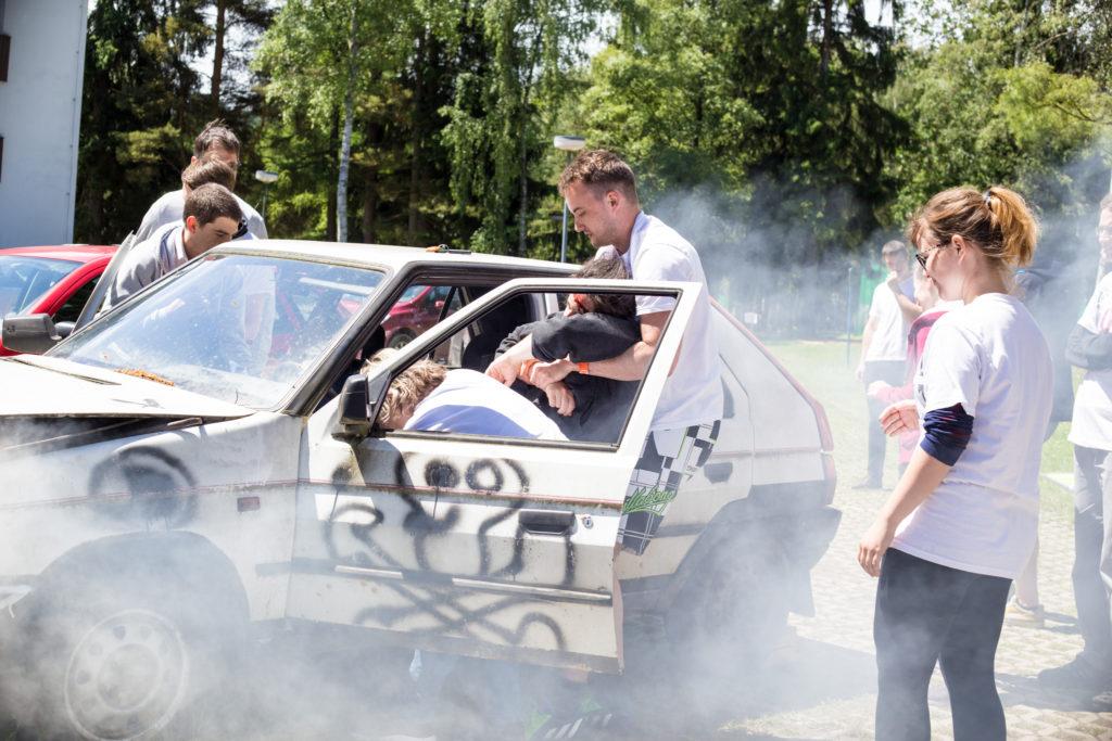 Hana Doleželová a Jan Klein při zachraňování zraněného (figurant PrPom) z nabouraného auta. (autor: Finetime)