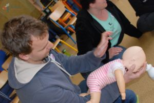 Mýtus 88 — Když se dítě dusí, strčte mu prsty do pusy, ať to vyzvrací